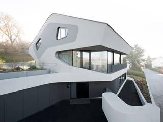 OLS HOUSE - new 4-person family home near Stuttgart: ausgefallene Häuser von J.MAYER.H