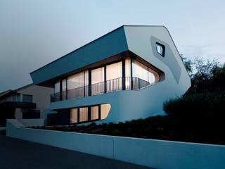 OLS HOUSE - new 4-person family home near Stuttgart: moderne Häuser von J.MAYER.H