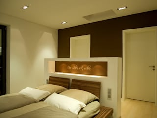 Privat-Villa ... Licht und Architektur Moderne Schlafzimmer von ligthing & interior design Modern
