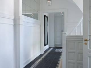 Pasillos, vestíbulos y escaleras de estilo mediterráneo de Kolory Maroka Mediterráneo