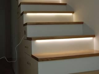 Exklusive Treppe mit Regalunterbau, Eiche / weiß lackiert: moderner Flur, Diele & Treppenhaus von LIGNUM Möbelmanufaktur