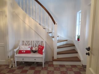 Klassische Treppe im Landhausstil:   von Lignum Möbelmanufaktur GmbH,Landhaus