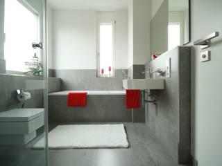 Bad in Villa: minimalistische Badezimmer von Home Staging Cornelia Reichel