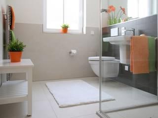 Bad in ETW: moderne Badezimmer von Home Staging Cornelia Reichel