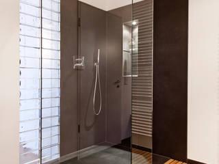 Villenanwesen:  Badezimmer von schulz.rooms,Modern