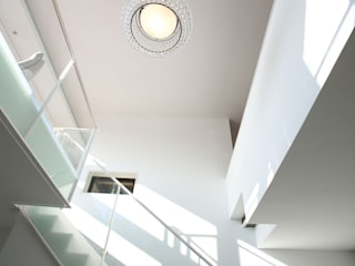 Modern Corridor, Hallway and Staircase by kenchiku Modern