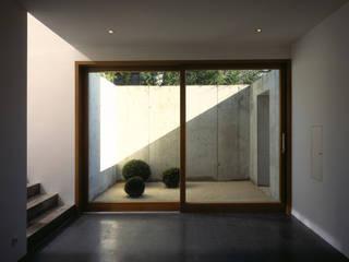 Villa F Architektur & Interior Design Minimalistischer Flur, Diele & Treppenhaus