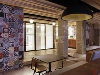Aranżacje płytek cementowych w salach i na tarasach: styl , w kategorii Bary i kluby zaprojektowany przez Kolory Maroka