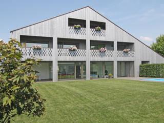 Ansicht vom Garten: moderne Häuser von Fäh Architektur