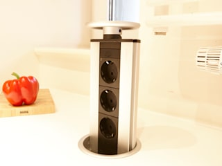 Lowerable power outlet strip in the kitchen island homify 廚房收納櫃與書櫃