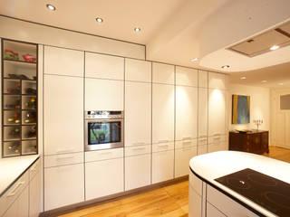 Hochschrankzeile mit integriertem Kühlschrank und Umluftbackofen : moderne Küche von WEINKATH GmbH