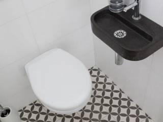 Aranżacje płytek cementowych w toaletach: styl , w kategorii Łazienka zaprojektowany przez Kolory Maroka