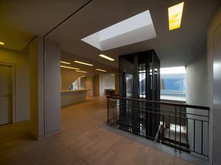 Corridor & hallway by a-base I büro für architektur