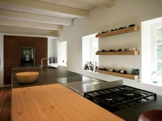 Wiederaufbau eines denkmalgechützten Bauernhauses Moderne Küchen von Architektur- und Innenarchitekturbüro Bernd Lietzke Modern