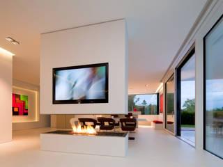 Villa Germany: moderne Wohnzimmer von HI-MACS®