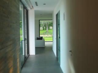 Pasillos, vestíbulos y escaleras de estilo moderno de Arch. Donato Panarese Moderno