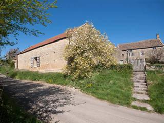 Court Farm Barn Designscape Architects Ltd Case in stile rustico