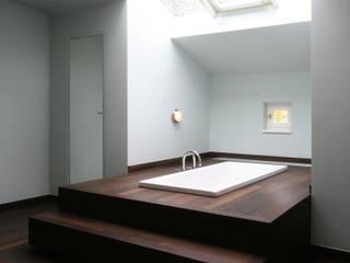 Unter dem Dach befindet sich eine Badelandschaft aus Wenge-Parkett Klassische Badezimmer von CG VOGEL ARCHITEKTEN Klassisch