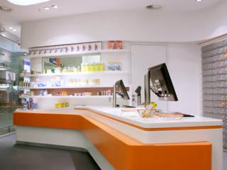 Apothekeneinrichtung aus Mineralwerkstoff Moderne Geschäftsräume & Stores von Biesel - Innenausbau, Schrankwände & barrierefreies Wohnen GmbH Modern