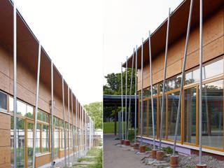 モダンな学校 の A-Z Architekten モダン