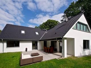 Jardines de estilo  de GRID architektur + design, Moderno