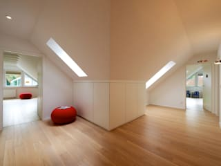 Pasillos y vestíbulos de estilo  por GRID architektur + design, Moderno