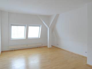 Verkaufsoptimierung: Exklusive DG-Maisonette in Berlin-Grunewald Minimalistische Schlafzimmer von WELLHAUSEN Immobilien Styling Minimalistisch
