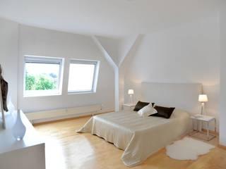 Verkaufsoptimierung: Exklusive DG-Maisonette in Berlin-Grunewald Moderne Schlafzimmer von WELLHAUSEN Immobilien Styling Modern