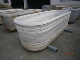 Antigua bañera de mármol torneada.: Baños de estilo  de Anticuable.com