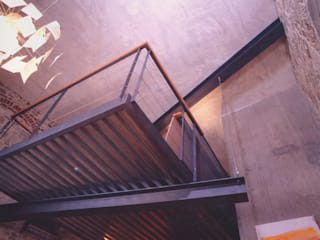 Hanging House: Pareti in stile  di Fabio Barilari Architetti