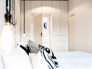 Altbausanierung München: moderne Schlafzimmer von BESPOKE GmbH // Interior Design & Production