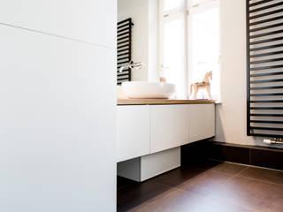 Altbausanierung München: moderne Badezimmer von BESPOKE GmbH // Interior Design & Production