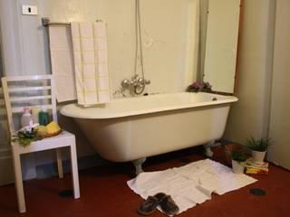 sala da bagno: Bagno in stile  di Serena Barison Architetto