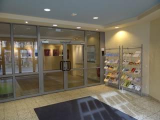 Eingangshalle Vorher - Nachher Moderner Flur, Diele & Treppenhaus von Interiordesign - Susane Schreiber-Beckmann gestaltet Räume. Modern