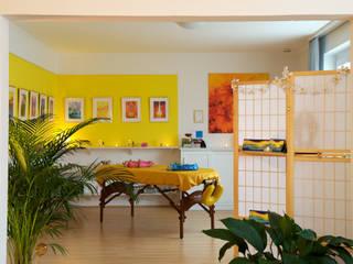 Praxis für Wohlfühlmassagen Nachher: tropische Küche von INTERIORDESIGN - Jedes Geschäft braucht ein Gesicht. Jede Wohnung eine Seele