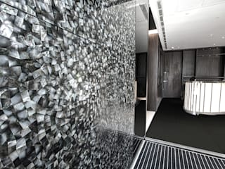 The Heron - Main reception area with floor to ceiling White Lip and Black Lip Four Sided Crazy Pattern Mother of Pearl Wall Panels. Modern corridor, hallway & stairs by ShellShock Designs Modern