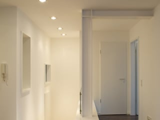 Weißes Dachgeschoss:  Flur & Diele von zymara und loitzenbauer architekten bda
