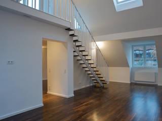 Weißes Dachgeschoss: moderne Wohnzimmer von zymara und loitzenbauer architekten bda