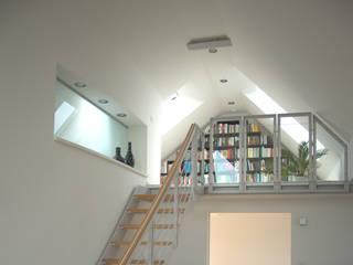 zymara und loitzenbauer architekten bda Pasillos, vestíbulos y escaleras de estilo moderno