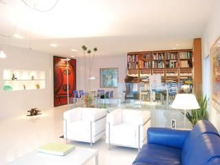 Unifamiliar Moraira: Salones de estilo  de Tono Lledó Estudio de Interiorismo en Alicante ,