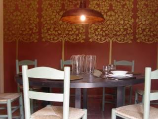 pabellon de caza en la Despeñaperros : Comedores de estilo rústico de interiorismo estudio apunto