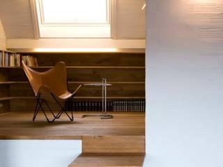 Estudio PARTICULAR Pasillos, vestíbulos y escaleras de estilo moderno de Estudi Agustí Costa Moderno