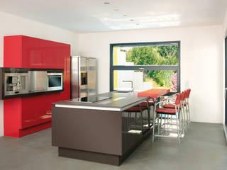 BAUHAUS VILLA MIT AUSSENPOOL Moderne Küchen von b2 böhme PROJEKTBAU GmbH Modern