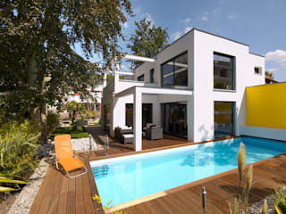 BAUHAUS VILLA MIT AUSSENPOOL Moderne Häuser von b2 böhme PROJEKTBAU GmbH Modern