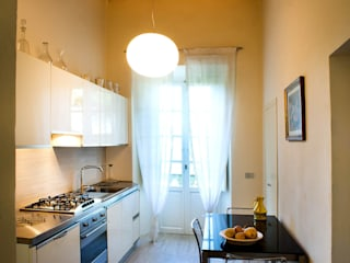 Villa Luce_Apartment B Modern style kitchen by OPERASTUDIO Modern