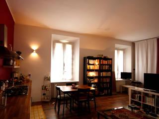 L'infilata sulla cucina ed il rapporto tra la parete vinaccia e le tende coordinate.: Soggiorno in stile in stile Moderno di Coffee Architects