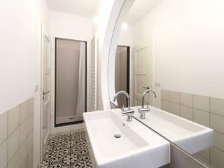 Umbau Mehrfamilienhaus München Minimalistische Badezimmer von Brut Deluxe Architektur + Design Minimalistisch