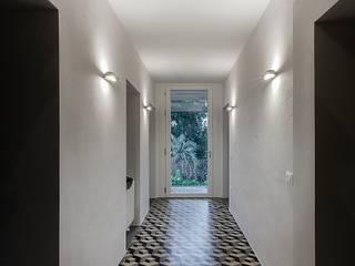 Couloir et hall d'entrée de style  par Massimo Fiorido Associati