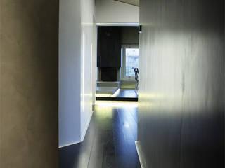 Casa DAMI : Ingresso & Corridoio in stile  di Enrico Muscioni Architect