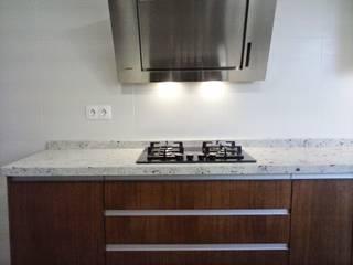 Cocina blanca y madera de roble 4: Cocinas de estilo  de Cocinasconestilo.net
